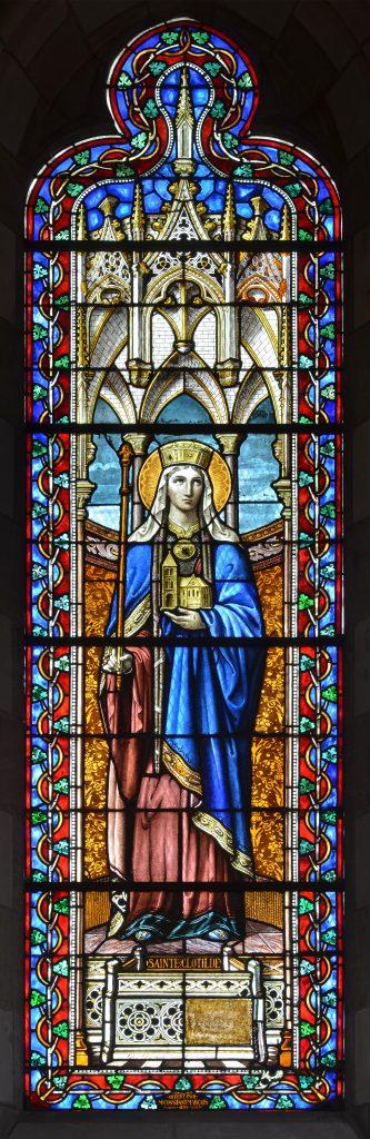 Vitrail de l'atelier Charles Champigneulle (1895) représentant Sainte Clotilde - Église Notre-Dame de Sablé-sur-Sarthe.
